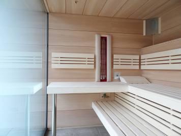 Sauna-angearbeitet-an-Fenster