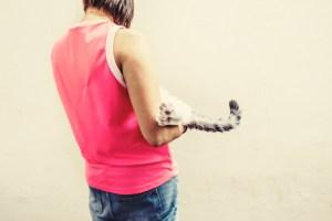 lola y su gato brugal de espaldas