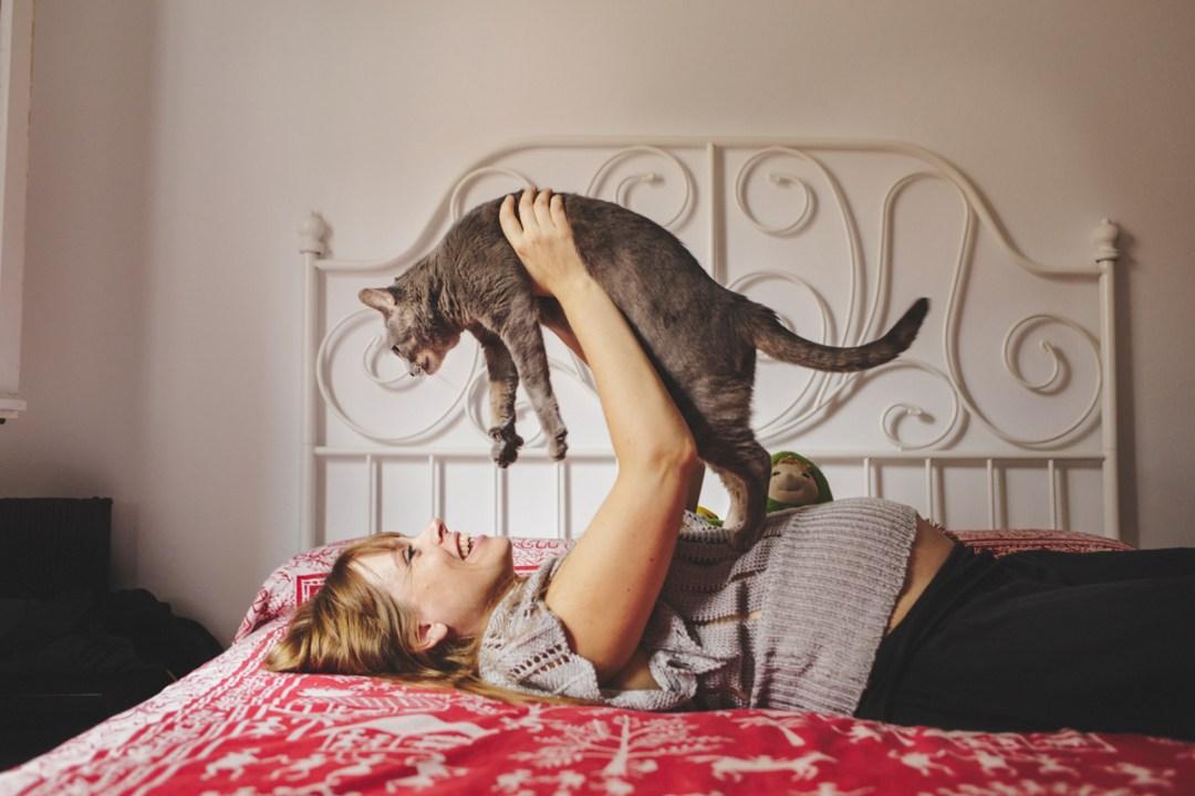 chica embarazada con gato