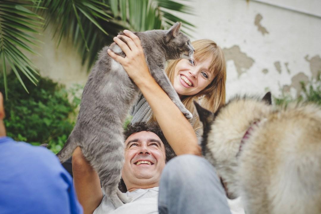 chica mira a gata