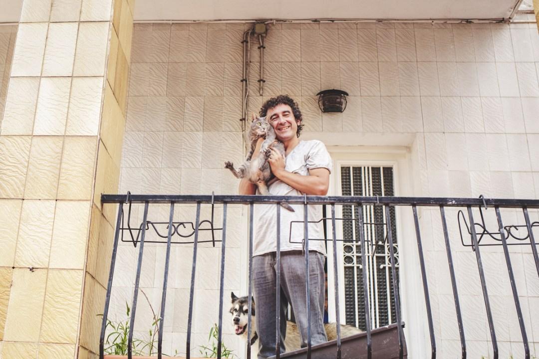 chico con gata