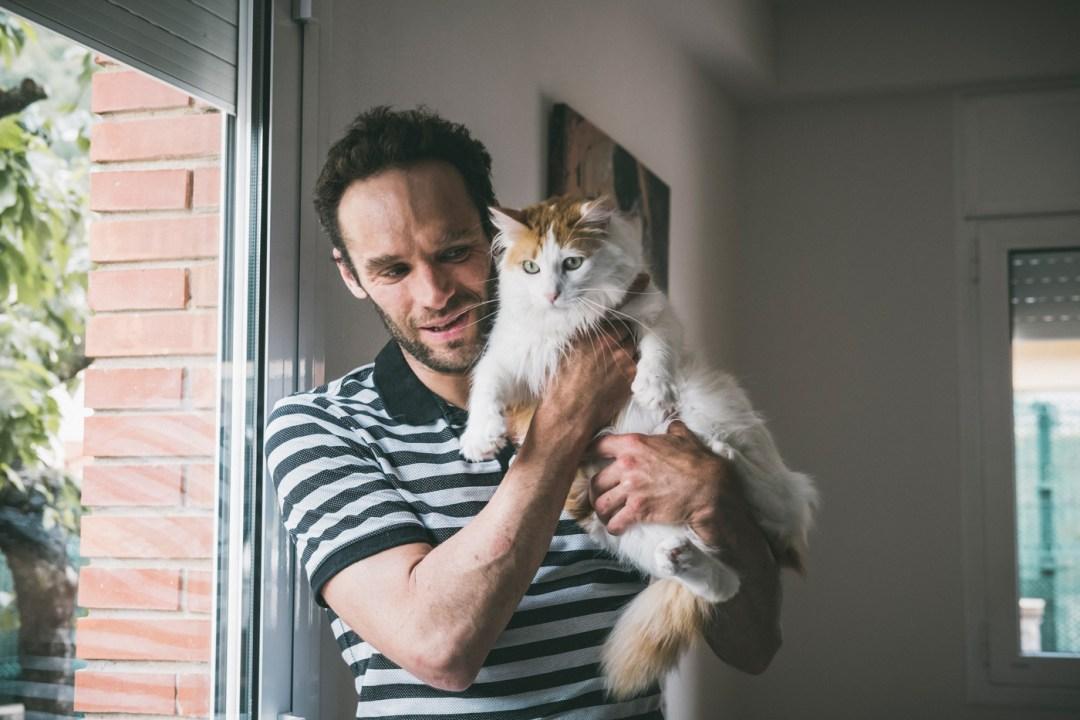 chico con gato pelo largo blanco
