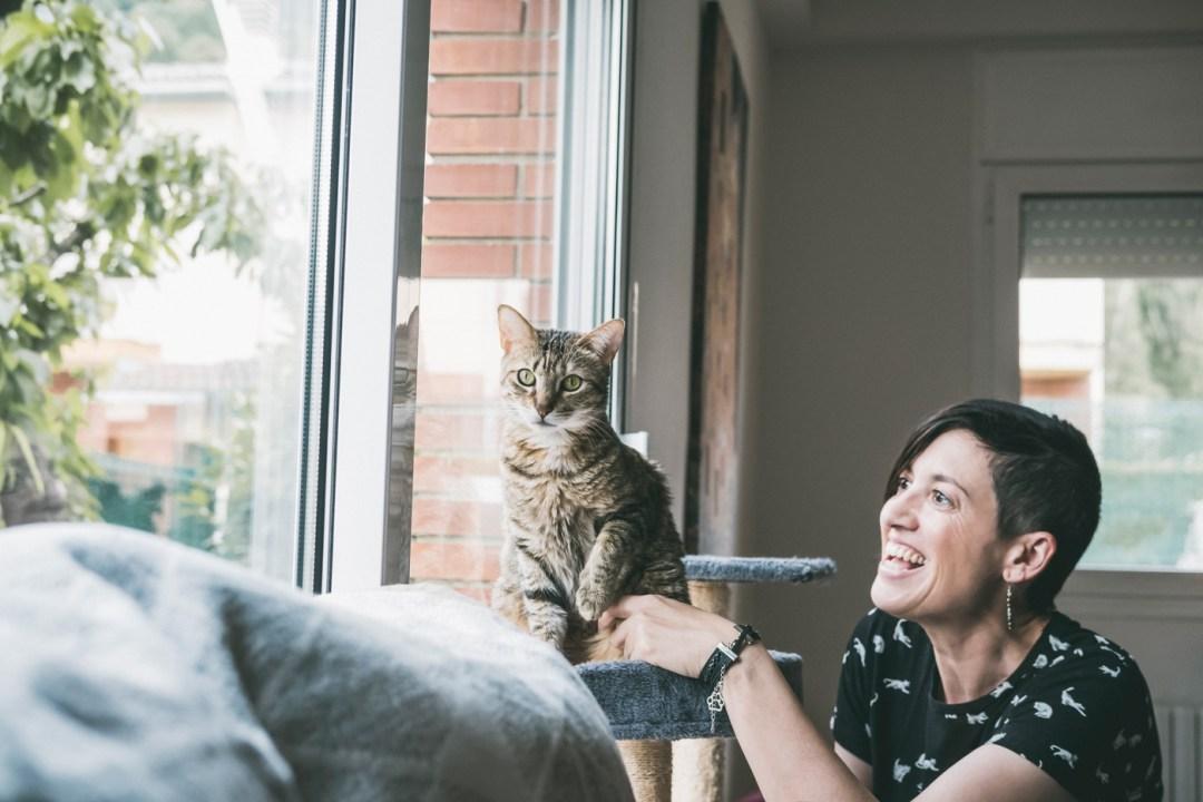 chica y gato atigrado