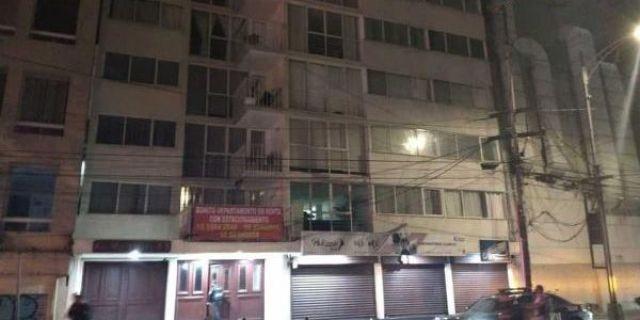 Según vecinos del lugar, el hombre de aproximadamente 30 años de edad salió al balcón de su departamento y se aventó al vacío, finalmente cayó sobre un automóvil, perdiendo la vida de manera instantánea.