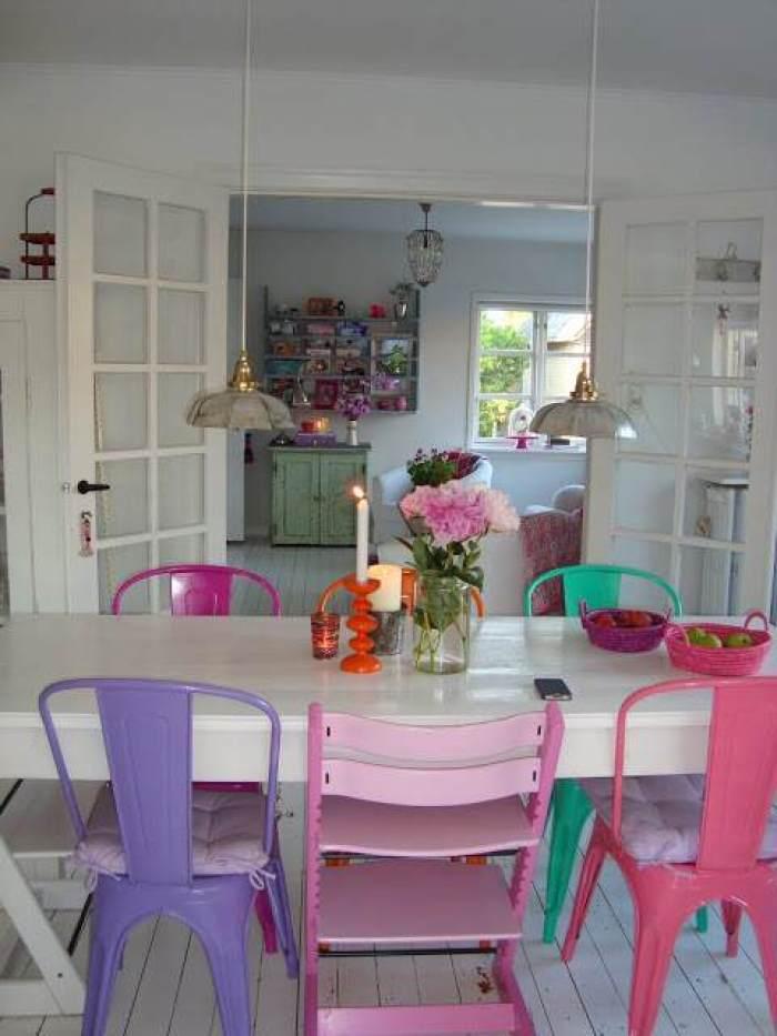 3-Mesas-y-sillas-de-colores