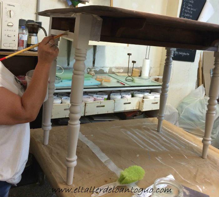 4-pintar-una-mesa-de-caoba-con-elegancia