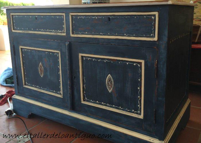 Pintura decorativa en un mueble ingl s el taller de lo for Pintar un mueble de blanco