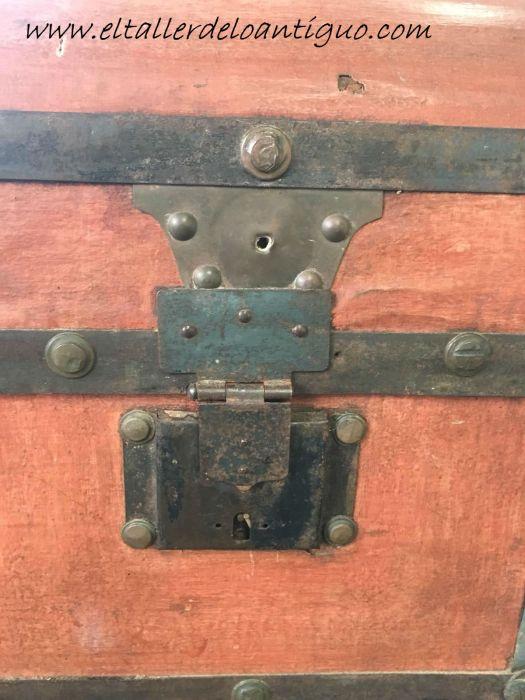 detalle de los cerrojos restauración de un baúl de tejido gutapercha