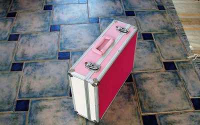 Restaurar maletín de manualidades Limpieza y pintado del maletín