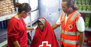 Cruz Roja con un imigrante