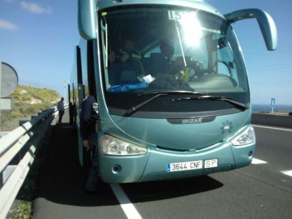 Guagua de Armas averiada en la autopista
