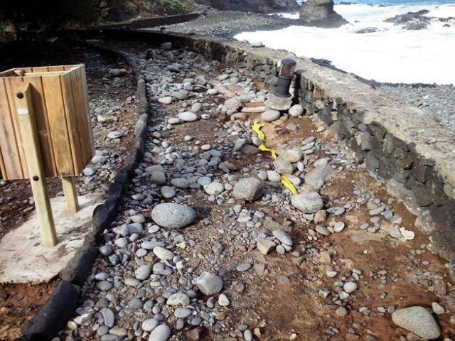 Playa de La Caleta - Hermigua - Parte de la plaza esta destrozada y el alumbrado en mal estado