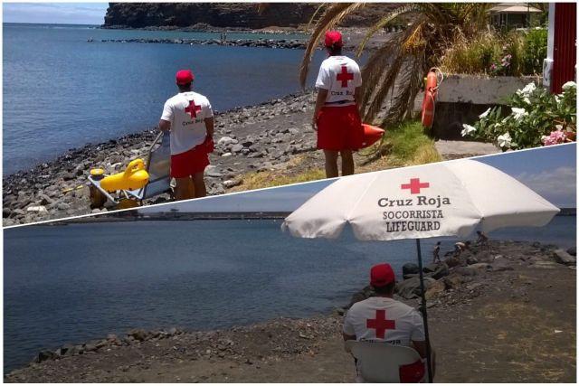 socorristas en la playa de san sebsatian de la gomera de cruz roja