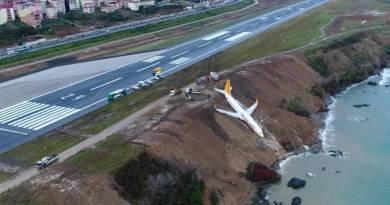 Un Boeing 737 con 162 pasajeros a bordo se sale de pista y no cae al mar por los pelos