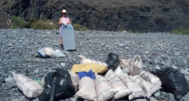 El Cabildo coopera con la limpieza de playas a través de las ...