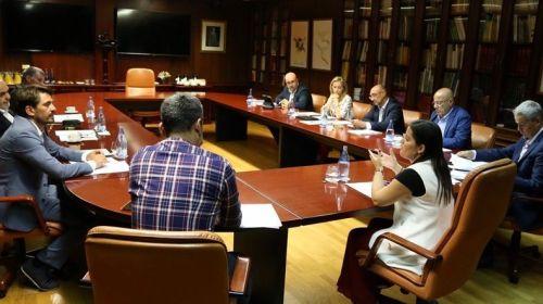 Castilla expone a las patronales turísticas los grandes ejes de su departamento para los próximos cuatro años