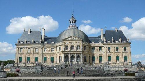 Roban 2,4 millones de dólares en un castillo de Francia tras atar a sus dueños con corbatas
