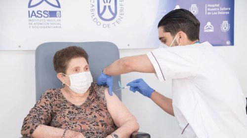 Sanidad comienza a administrar la segunda dosis de la vacuna contra la COVID-19 en los centros sociosanitarios