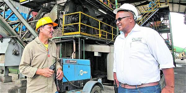 Girón (der.) hizo parte del proceso de montaje del ingenio desde cuando era un lote en el que pastaban vacas. Hoy dirige a sus 500 trabajadores.