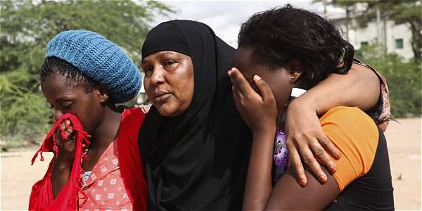 Supervivientes del ataque contra la Universidad de Garissa se consuelan mutuamente en un campamento militar.