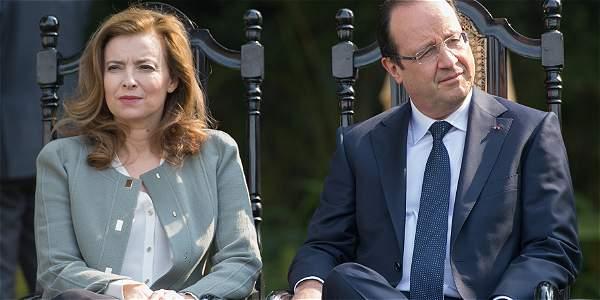 Valérie Trierweiler (izq.) afirma que Hollande (der.) le mintió frente a su relación con la actriz Julie Gayet.