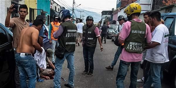 El joven fue auxiliado por personas que estaban en las protestas, luego de ser herido durante la manifestación.