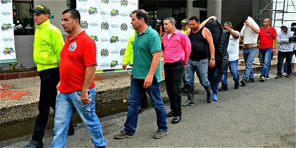 La Policía capturó a quince personas, entre ellas un reconocido empresario en la comercialización de oro, Eduardo Otoya Rojas (de camisa verde), de 46 años, alias el Doctor.