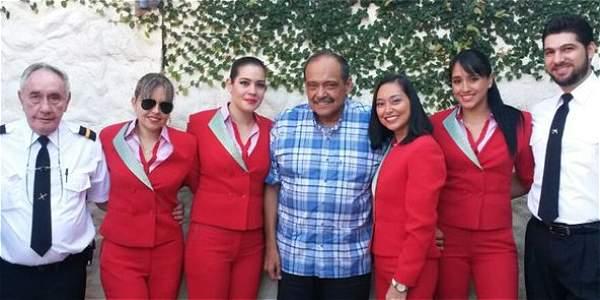 El General Gustavo Vargas (centro) es el director de la aerolínea LaMía.