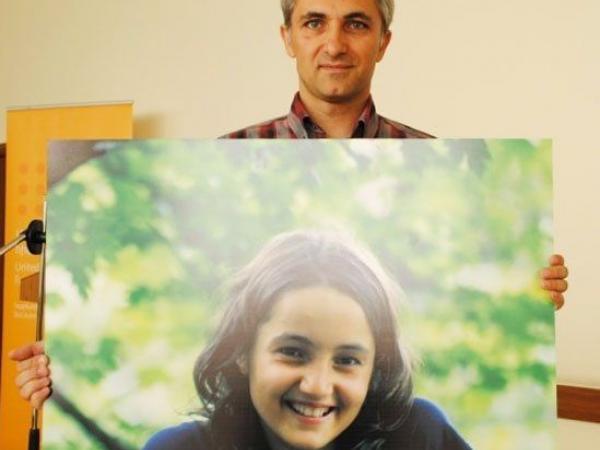 """BBC Mundo: Aramazd Ghalamkaryan, y la foto de su hija Nareh, con la que inició una campaña en Facebook titulada """"¿Y tú, tienes una hija?"""