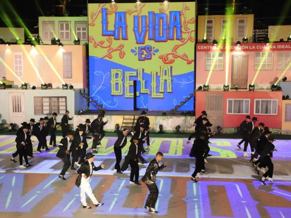 Fue un espectáculo al mejor estilo de Broadway en Estados Unidos, dijeron algunos expertos.