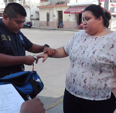 Mujer no respeta el alto y choca un taxi colectivo en Progreso