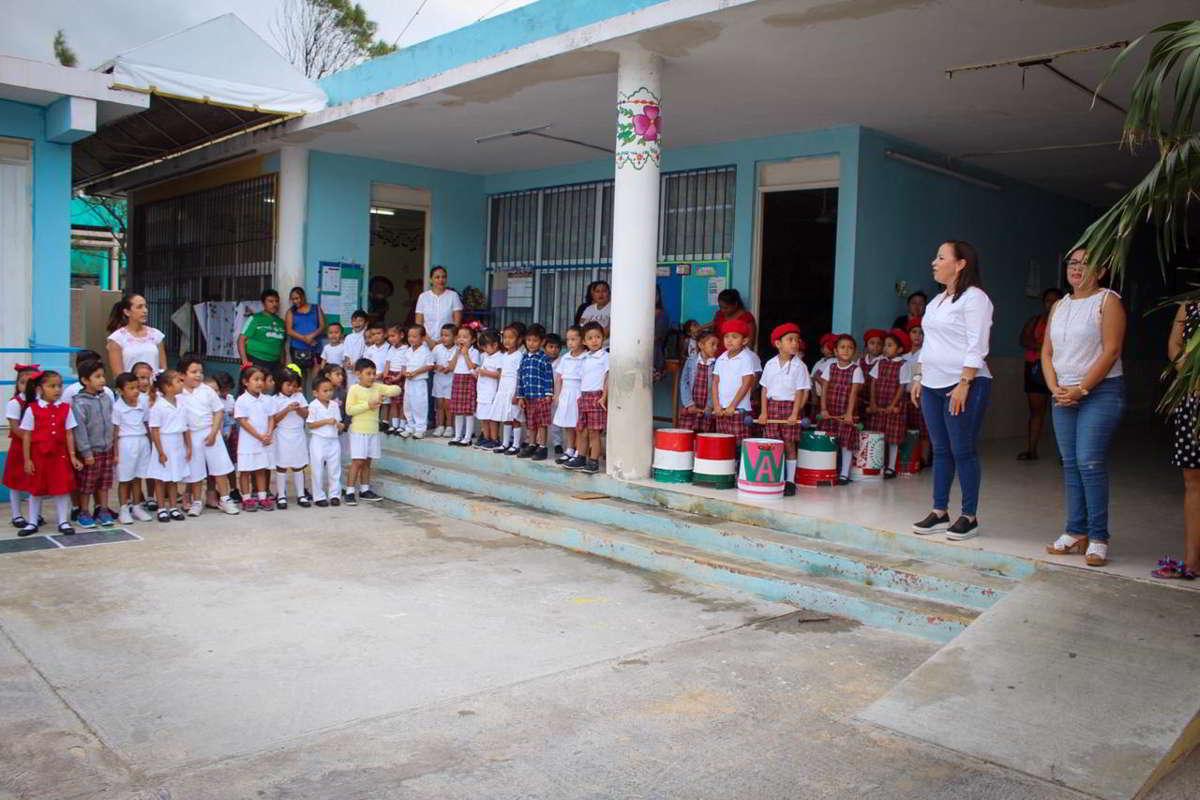 Lila Frías entrega apoyo a Preescolar