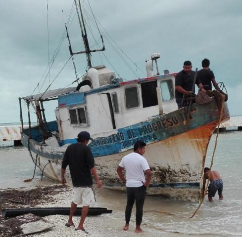 Rescatan el barco que encalló en Chicxulub Puerto