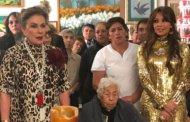 Thalía se reencontró con Laura Zapata en los 100 años de su abuela