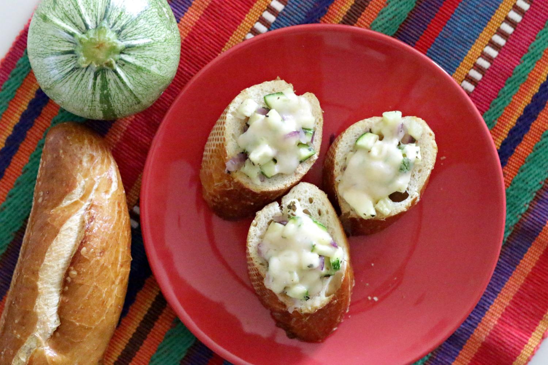 Tostadas de pan con calabacitas y queso