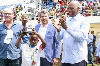 José Eduardo dos Santos en la Academia de Fútbol de Angola