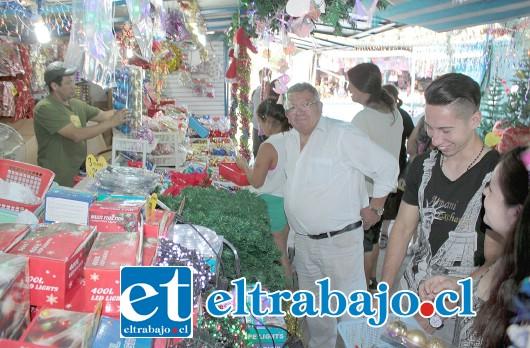 FERIA DEL JUGUETE.- Desde este miércoles, decenas de sanfelipeños se acercaron a la Feria del Juguete para hacer sus primeras compras de adornos, luego serán los juguetes.