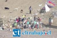Personas escarbando en la basura del vertedero La Hormiga, una de las muchas irregularidades que han sido detectadas en el lugar.