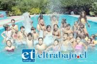 La única manera de capear el calor en nuestra comuna, es a través de un buen piscinazo. Aquí podemos ver a familias repletas de niños, disfrutando de un refrescante chapuzón en la Piscina Municipal de San Felipe.