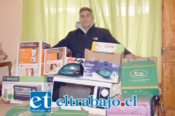 TODOS CON DON JOSÉ.- Don José nos muestra sólo una parte de los premios, pero hay muchos más que están en casa de sus amigos.