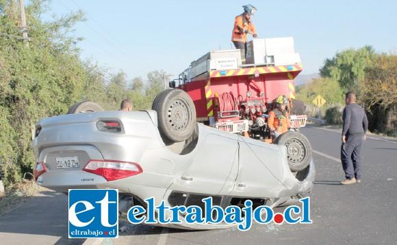 Primero este auto chocó contra una barrera de contención y al evitar colisionar con un camión perdió el control.