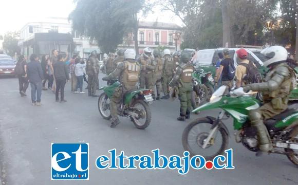 Carabineros dispersando a los manifestantes en el centro de la comuna de San Felipe.