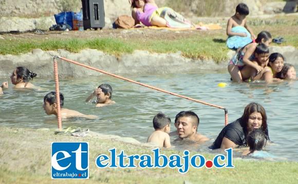 RAYOS UV.- Peques y grandes disfrutaron de esta visita a las aguas de Andacollo, mientras que los expertos recomiendan usar bloqueador solar.
