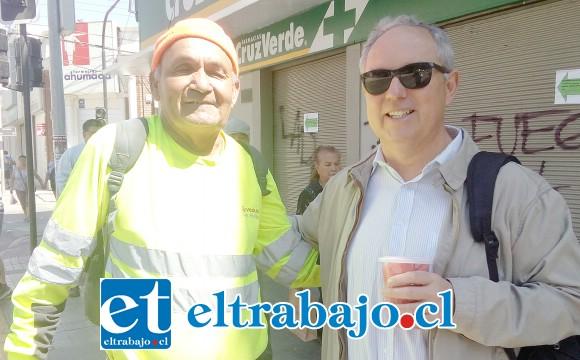 Padre Ricardo Cortés Piffaut, párroco de la Catedral de San Felipe, junto a Jaime Reyes, recolector de basura que estaba al lado ejerciendo su labor de barredor.