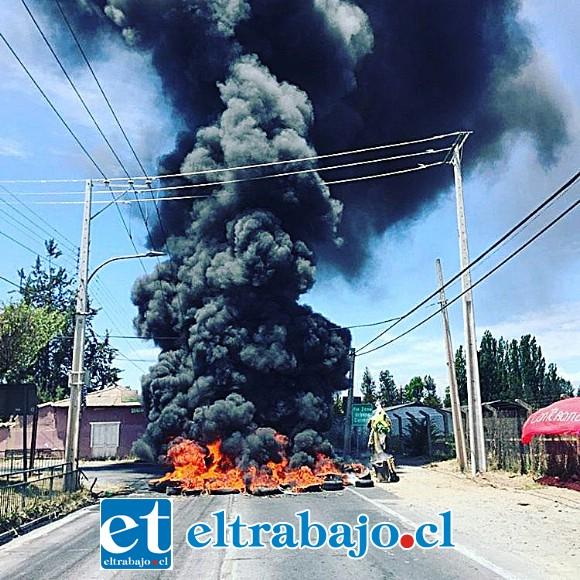 En el sector de Curimón se encendieron neumáticos originando una negra columna de humo.