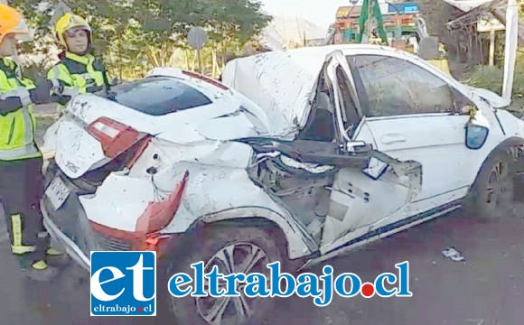 El vehículo fue extraído del canal de regadío por personal de Bomberos. (Fotografías: Emergencias Panquehue).