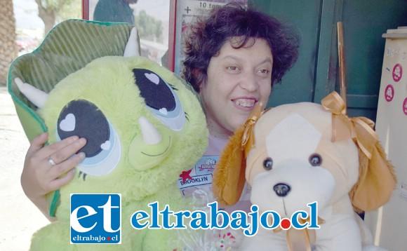 LA REGALONA.- Alejandra Valdés, la regalona del barrio que obsequiará este sábado sus nuevos peluches a los niños del sector.