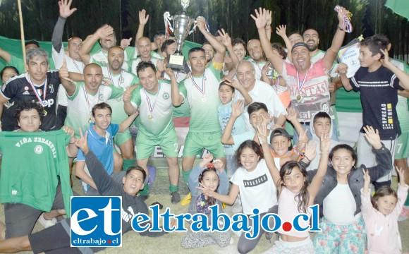 AQUÍ ESTÁ EL CAMPEÓN.- Este es el equipo ganador de la Semana Troyana en la categoría Sénior 2020, Club Deportivo Viña Errázuriz, les acompaña celebrando el alcalde Patricio Freire.