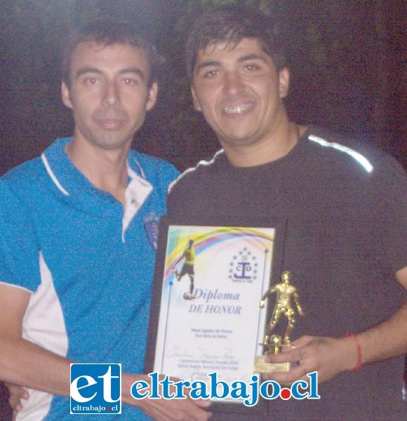LA FIGURA DEL TORNEO.- El arquero del Almendral Alto, Christian Figueroa, fue el Mejor Jugador del torneo y quien detuvo tres goles en la final a penales, le acompaña Mauro Mondaca, presidente del Juventud La Troya.