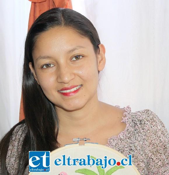 Fátima Madrid, profesora que se desarrolla en Chile como instructora de bordado.